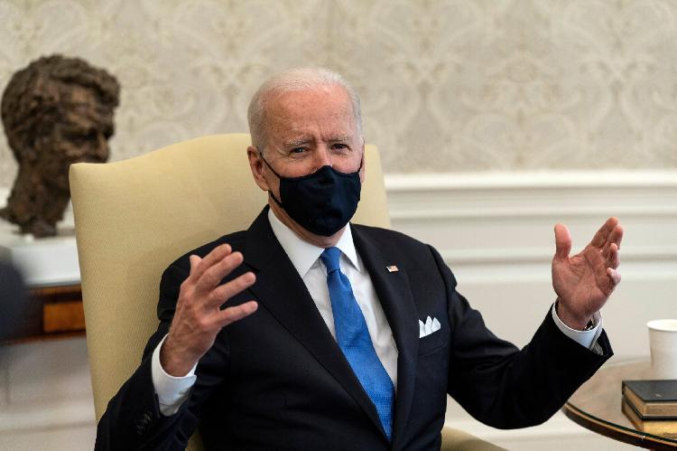 Biden se molesta, pide se siga usando cubrebocas (VIDEO)