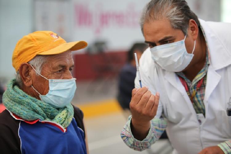 Se disfrazan de abuelos para recibir vacuna y los cachan