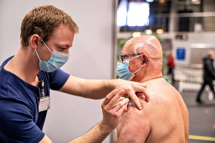 Dinamarca suspende vacuna COVID por efectos secundarios