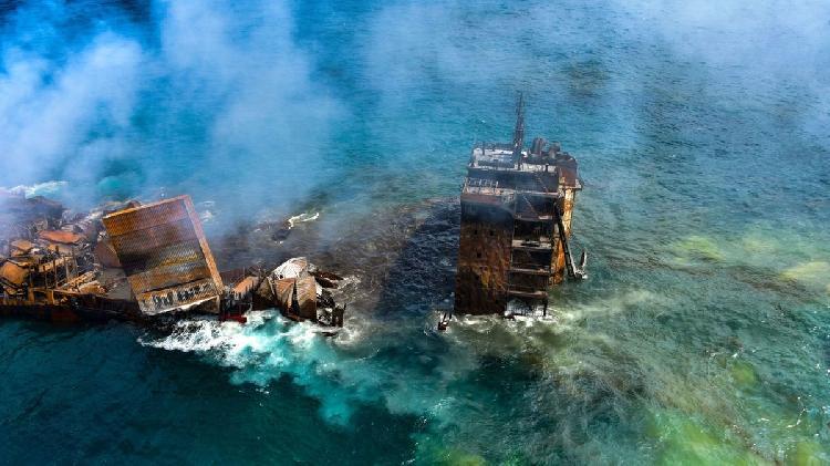 Emergencia en el océano, buque derrama petróleo y químicos (VIDEO)