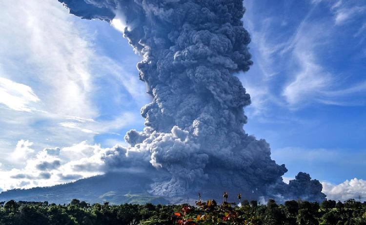 Volcán de Indonesia entra en erupción, evacuan 30 mil personas (VIDEO)