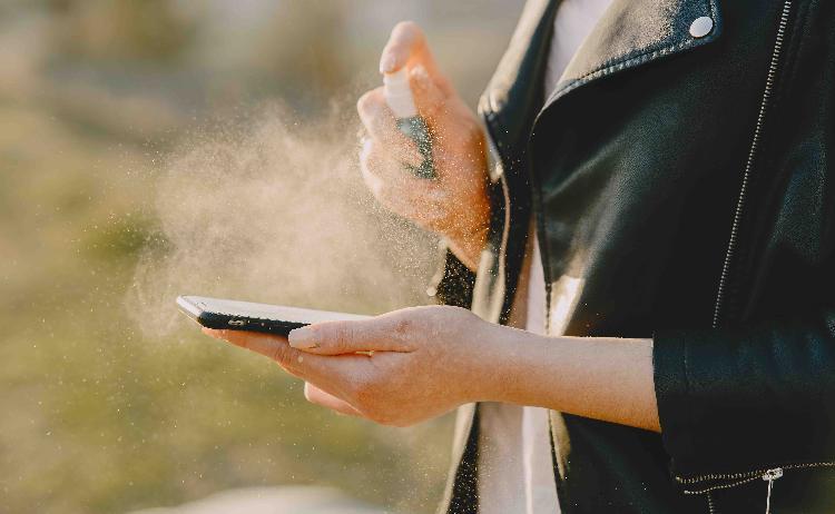 Todo este tiempo puede vivir el coronavirus en tu celular
