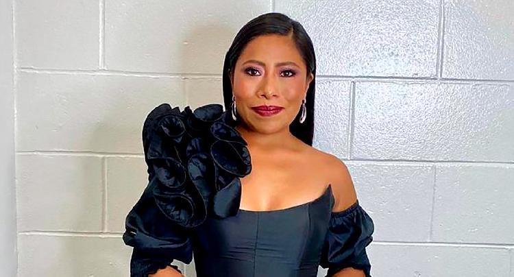 Con este vestido negro Yalitza deslumbró los Latin Grammys (FOTO)